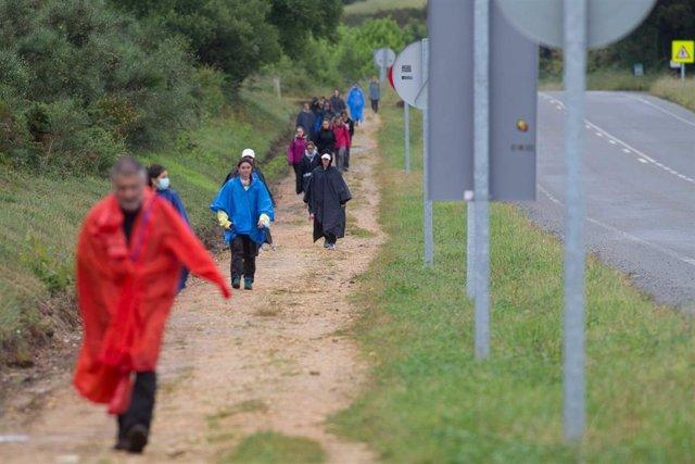 Un grupo camina dirección a Santiago de Compostela por la ruta del Camino de Santiago francés, a 17 de junio de 2021, en Lugo.