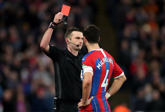 Archivo - 05 January 2020, England, London: Crystal Palace's Luka Milivojevic (R) is shown the red card by referee Michael Oliver during the English FA Cup third round soccer match between Crystal Palace and Derby County at Selhurst Park. Photo: Bradley C