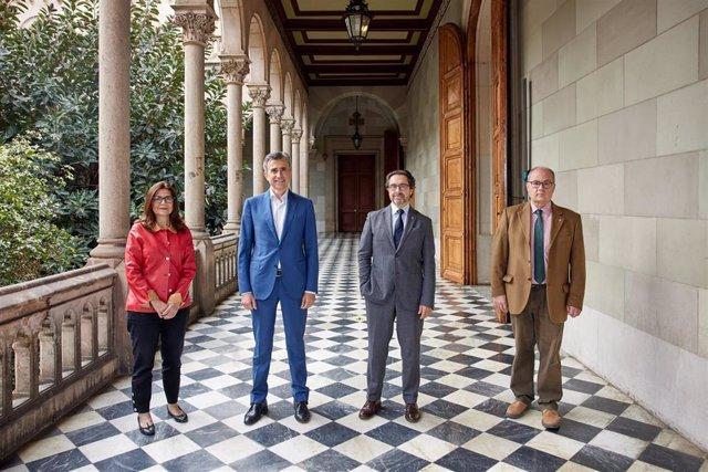 Archivo - Susana Puig (directora de la Cátedra UB-ISDIN LIVE YOUNG), Juan Naya (ceo de ISDIN), Joan Guàrdia (rector de la UB) y Antoni Trilla (decano de la Facultat de Medicina de la UB)