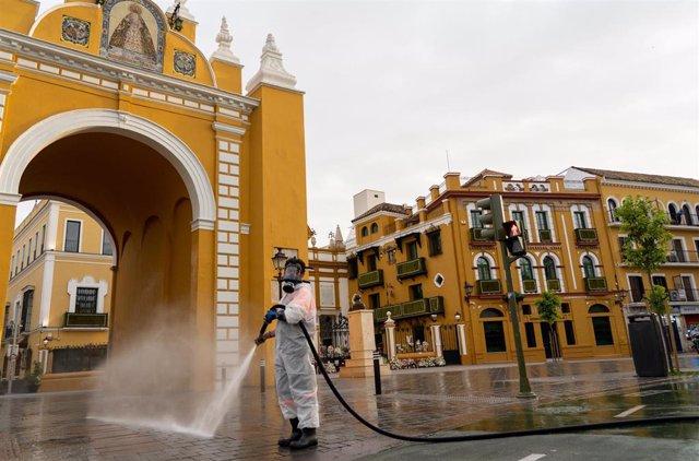 Archivo - Un empleado de la limpieza en el Arco de la Macarena