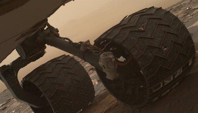 Ruedas del rover Curiosity en la superficie del cráter Gale