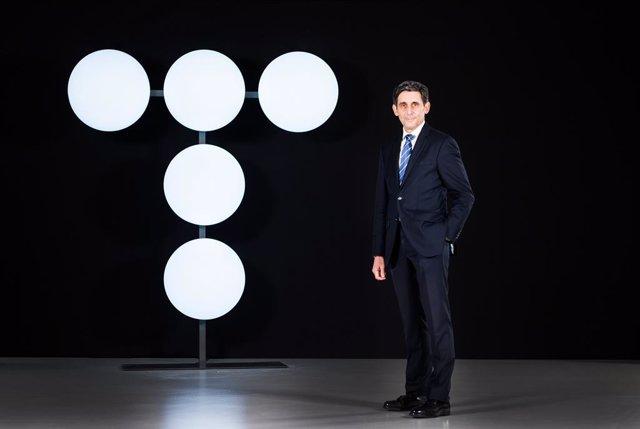 Archivo - El presidente de Telefónica, José María Álvarez-Pallete, posa junto al nuevo logo.
