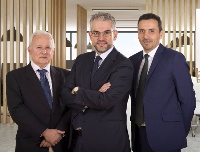 Archivo - José María Lecube, Alfonso Benito y Carlos Gutiérrez (de izquierda a derecha) de Dunas Capital AM