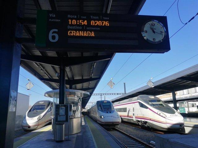 Archivo - Tren Ave con destino a Granada