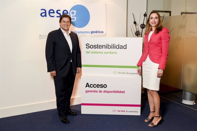 Archivo - Encuentro institucional celebrado entre el presidente de AESEG, Raúl Díaz-Varela, y la nueva presidenta de FEDIFAR, Matilde Sánchez.