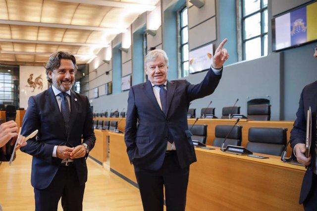 El presidente del Parlamento de Canarias y de la Calre, Gustavo Matos (izquierda), en una visita al Parlamento de Valonia