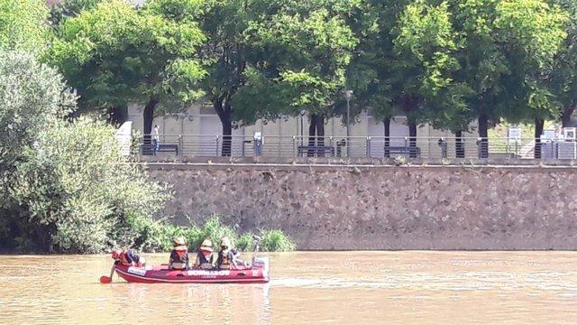 Bomberos de Logroño realiza prácticas en el Ebro enfocadas a hacer un rescate rápido en posibles intervenciones