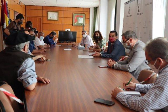 Reunión del consejero de Agricultura con ganaderos de Guadalajara.