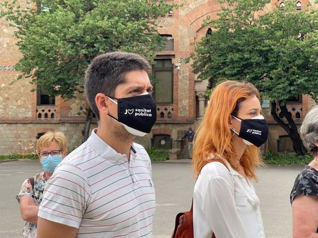 Jéssica Albiach i David Cid (comuns) en una concentració a favor de l'atenció primària a l'Hospitalet de Llobregat (Barcelona)