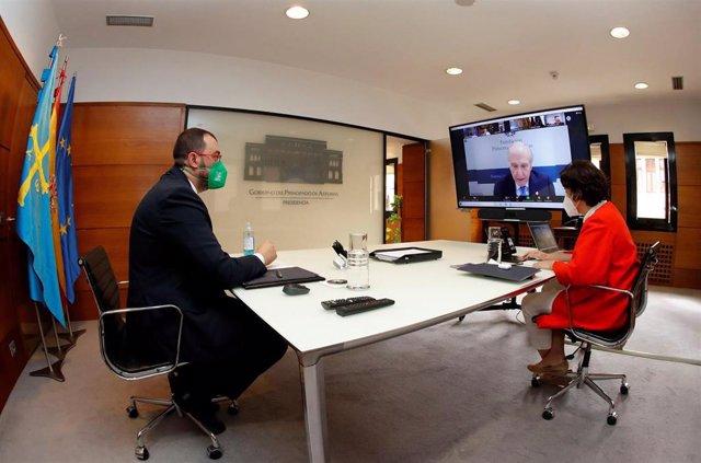 La directora de la Fundación Princesa de Asturias, Teresa Sanjurjo, y el presidente del Principado, Adrián Barbón , durante la reunión telemática del jurado del Premio Princesa de Asturias de la Concordia 2021.