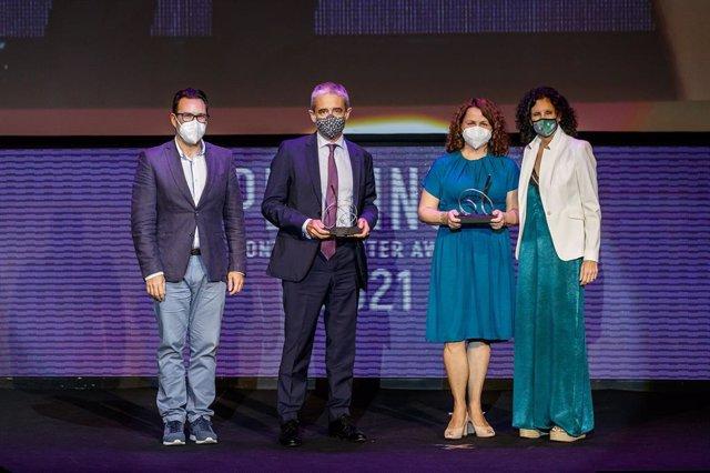 Íñigo Arribalzaga, CEO de Majorel IBILAT, y  Beatriz González, directora Comercial de Correos, reciben el premio
