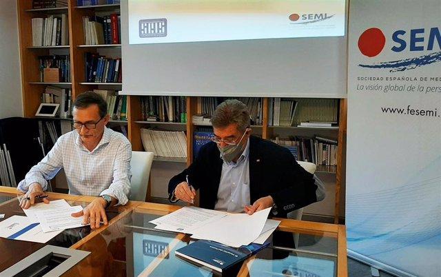 El presidente de la SEMI, Jesús Díez Manglano, y  el de SEIS, Luciano Sáez, firman un convenio para impulsar el avance científico y técnico de la salud digital en España