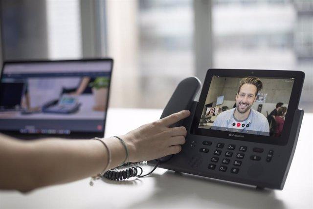 Archivo - Teléfono híbrido de la gama F900 que combina tablet, smartphone y sobremesa en un mismo equipo