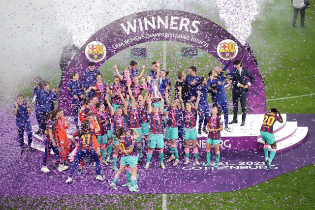 Archivo - 16 May 2021, Sweden, Gothenburg: Barcelona players celebrate victory with the championship's trophy after the end of the UEFA Women's Champions League final soccer match between Chelsea and Barcelona at Gamla Ullevi stadium. Photo: Adam Ihse/PA