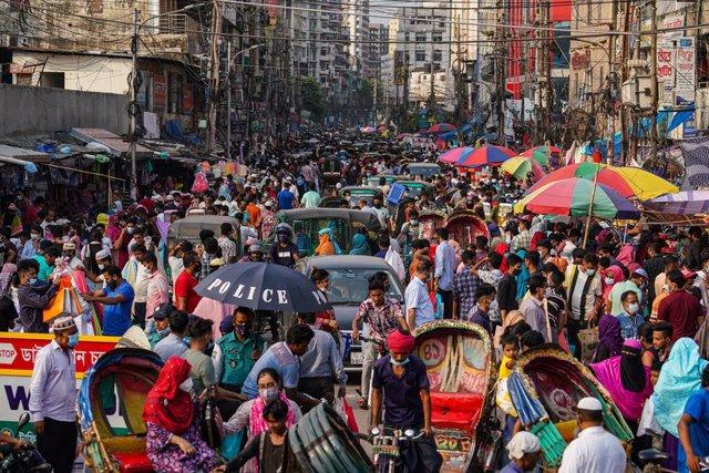 Archivo - 12 May 2021, Bangladesh, Dhaka: Bangladeshi people crowd at a street market as they shop ahead of Eid-Al-Fitr, amid the Covid-19 pandemic. Photo: Zabed Hasnain Chowdhury/SOPA Images via ZUMA Wire/dpa
