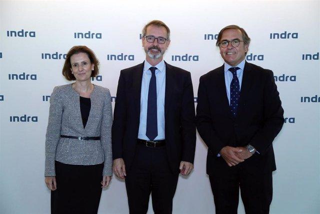 De izquierda a derecha: Cristina Ruiz, consejera delegada de Minsait, Mar Murtra, presidente no ejecutivo del grupo, e Ignacio Mataix, consejero delegado de la rama de Transporte y Defensa en la junta de accionistas del grupo, celebrada este miércoles.