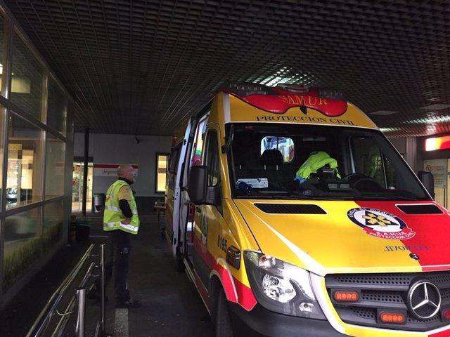 Archivo - Ambulancia de Emergencias Madrid en el hospital de La Paz