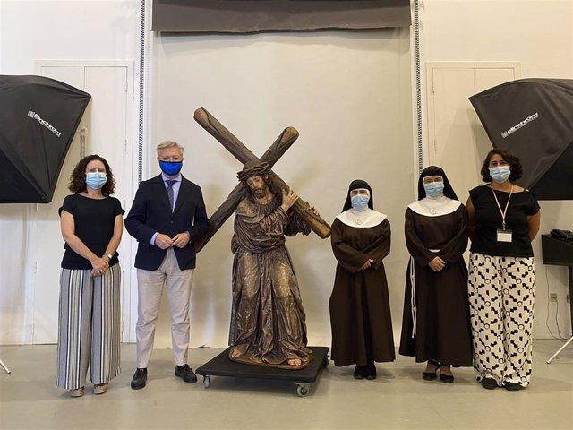 Miembros del IAPH y hermanas clarisas junto a la imagen de Jesús del Perdón