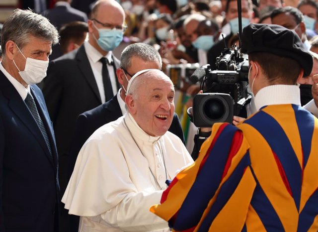 30 June 2021, Vatican, Vatican City: Pope Francis (c) shakes hands with a member of the Swiss Guard during his weekly general audience at the San Damaso courtyard at the Vatican. Photo: Grzegorz Galazka/Mondadori Portfolio via ZUMA/dpa
