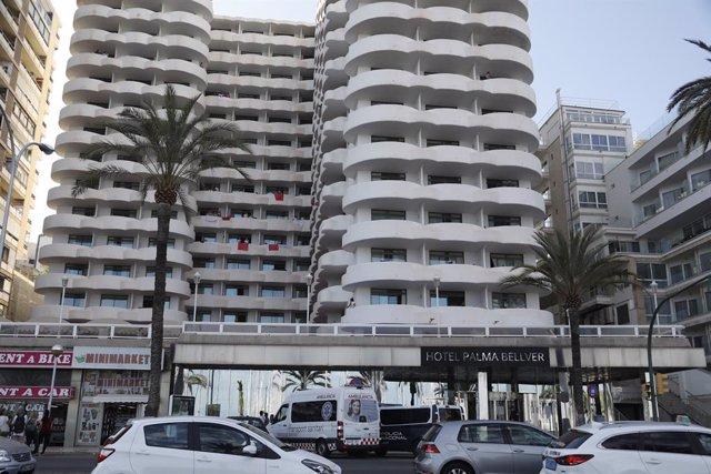 Hotel Palma Bellver on estan confinats els joves aïllats pel 'macrobrot' associat a viatges de final de curs