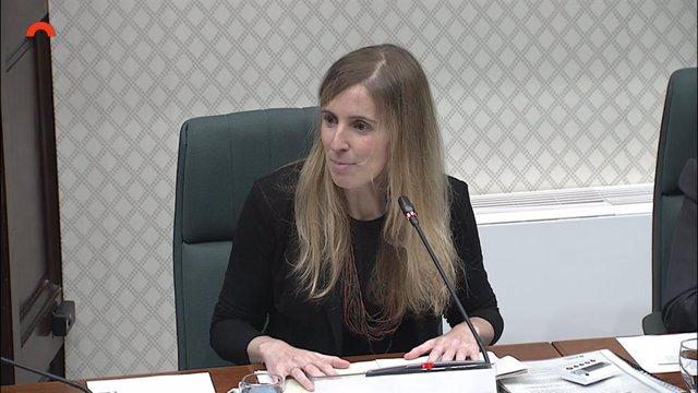 La consellera de la Generalitat Victòria Alsina en la comissió parlamentària