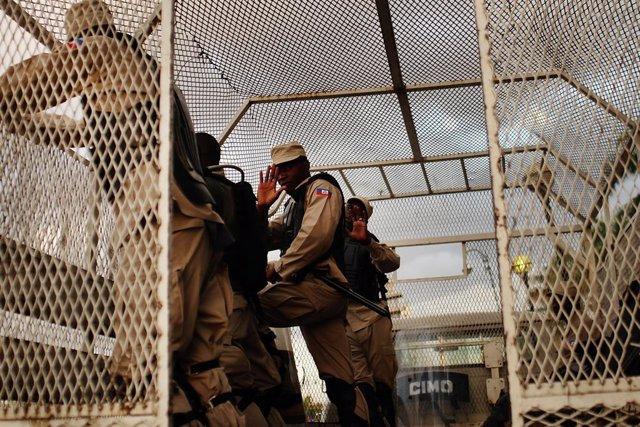 Archivo - Policía haitiana en Puerto Príncipe, Haití