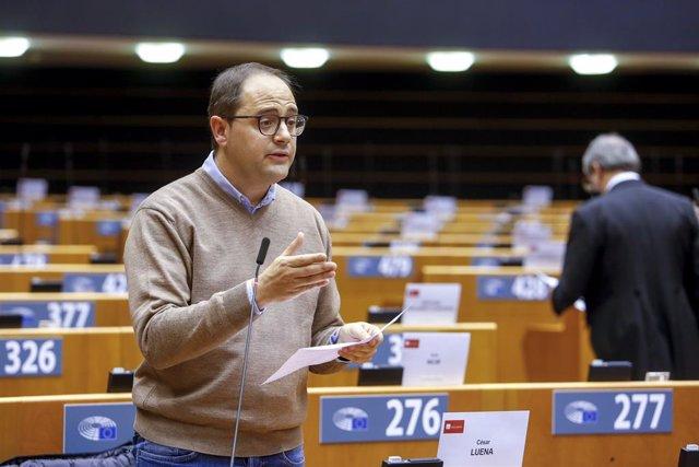 Archivo - El eurodiputado riojano del PSOE, César Luena, en una intervención parlamentaria