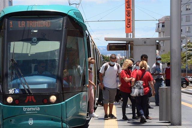 Archivo - Usuarios subiendo al tranvía de Tenerife