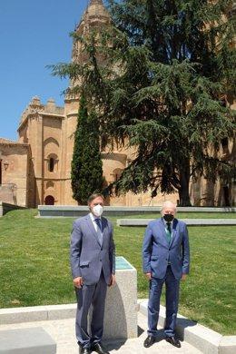 El alcalde de Salamanca, Carlos García Carbayo (i), y el presidente de Unicaja Banco, Manuel Azuaga (d), en el Patio Chico.
