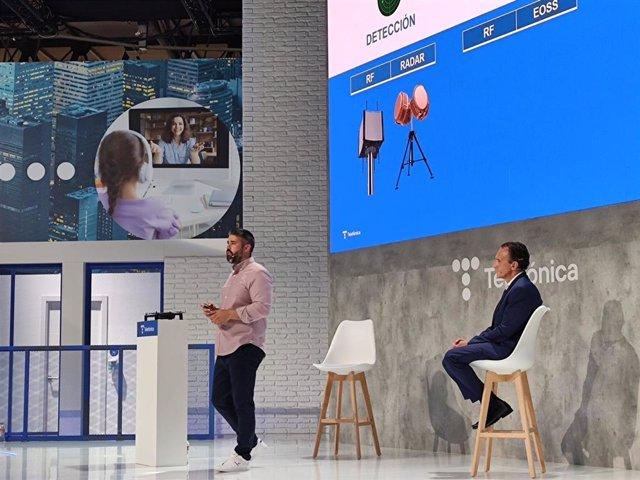 L'especialista en venda de drons de Telefònica Miguel Álvaro Fernández i el CEO de Telefónica Ingeniería de Seguridad (TIS), Fabián Blanco, durant l'MWC
