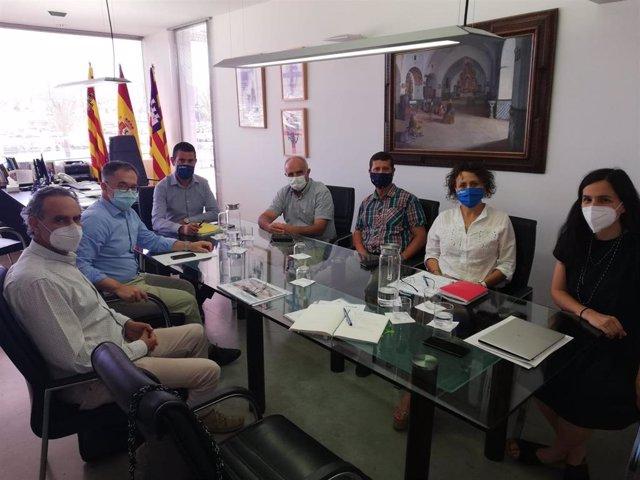El conseller de Movilidad y Vivienda, Josep Marí, en la reunión en Sant Antoni.