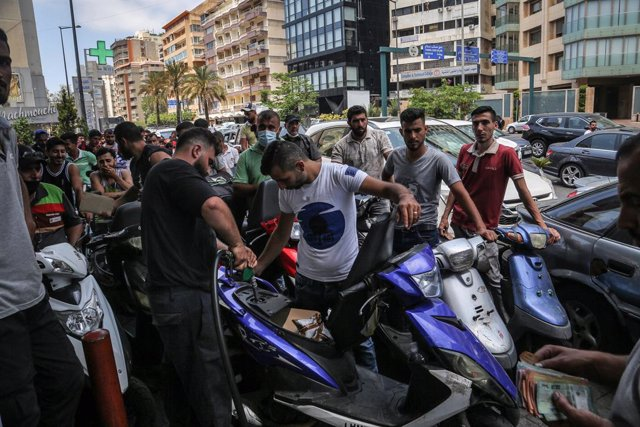 28 June 2021, Lebanon, Beirut: Vehicles and motorists queue outside a petrol station in Beirut amid an unprecedented fuel shortage after the country's caretaker government reduced fuel subsidies amid deepeningeconomic woes. Photo: Marwan Naamani/dpa