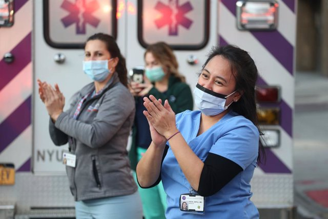 Archivo - 10 May 2020, US, New York: Medical staff working on the Coronavirus (COVID-19) at the New York University Langone, react during the daily gratitude ap plause to health care workers. Photo: Dan Herrick/ZUMA Wire/dpa