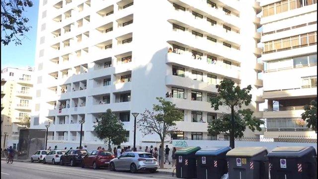 Balcones del hotel COVID-19 donde están aislados los alumnos de otras CCAA por el macrobrote asociado a viajes de estudios de Mallorca.