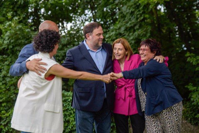 El líder de ERC, Oriol Junqueras, la expresidenta del Parlament Carme Forcadell y los exconsellers Raül Romeva y Dolors Bassa se reencuentran con la secretaria general del partido, Marta Rovira, en Gineza (Suiza)