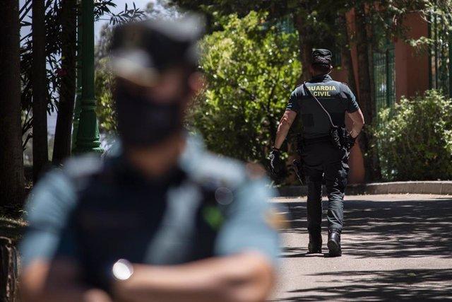Dos agentes de Guardia Civil