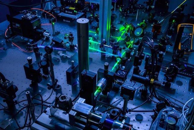 Archivo - Montaje de termorreflexión en el dominio de la frecuencia utilizado para estudiar la existencia del segundo sonido en germanio