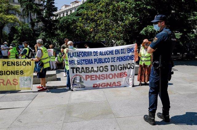 Un agente de Policía Nacional vigila durante una concentración de protesta frente al Congreso de los Diputados, a 9 de junio de 2021, en Madrid, (España).