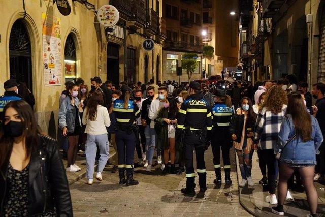 Archivo - Ambiente en las calles de Salamanca cuando se cumple una semana de las masivas concentraciones de chavales en las calles por el fin del toque de queda