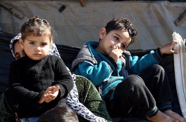Archivo - Niños sirios refugiados en un campamento en el norte de Líbano