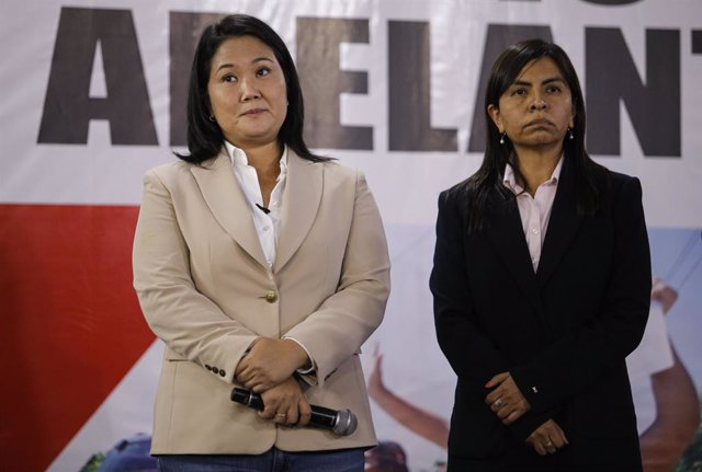 10 June 2021, Peru, Lima: Presidential candidate and leader of the Popular Force party Keiko Fujimori (L) attends a press conference at her premises in Surco district. Four days after the presidential election in Peru, the public prosecutor's office has a