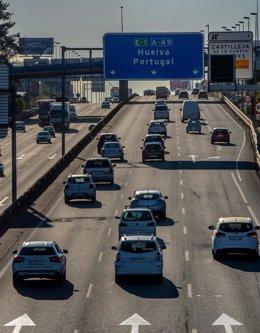 Archivo - Afluencia de tráfico en  la autopista Sevilla.Huelva, el primer fin de semana con movilidad entre provincias, donde muchos sevillanos ha aprovechado estas circunstancias  para ir a las playas de la provincia de Huelva, a 30 de abril del 2021, en
