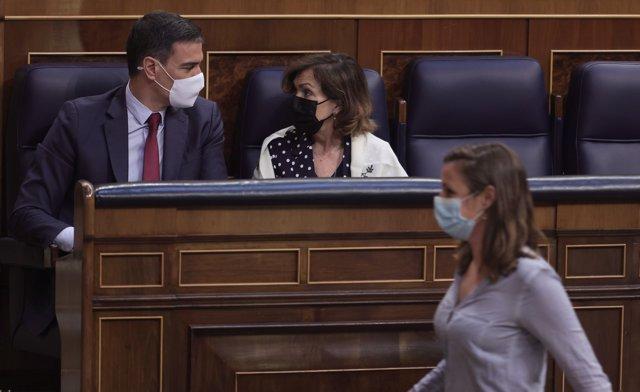 La diputada de la CUP en el Congreso, Mireia Vehí, pasa por delante del presidente del Gobierno y de la vicepresidenta primera del Gobierno y ministra de la Presidencia, Relaciones con las Cortes y Memoria Democrática, Carmen Calvo.