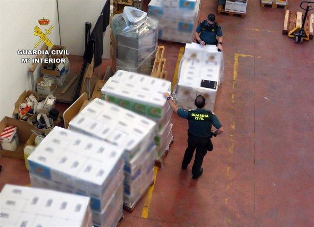 Agentes de la Guardia Civil, junto a los productos intervenidos