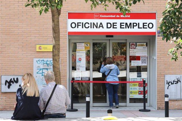 Una mujer entra a una oficina del SEPE, el día en el que se han conocido los datos de paro de mayo, a 2 de junio de 2021, en Madrid (España). El número de parados registrados en las oficinas de los servicios públicos de empleo (antiguo Inem) bajó en 129.3