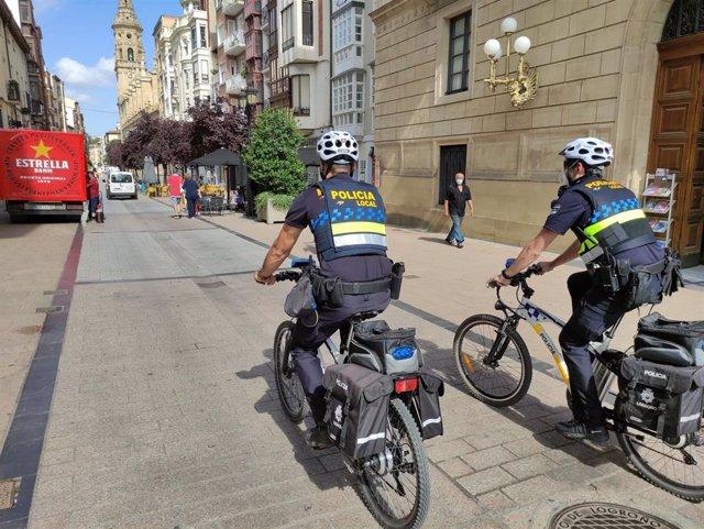 Agentes de la Policía Local de Logroño patrullando en bicicleta.