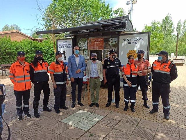 El alcalde (C) junto a los voluntarios del punto de atención al peregrino de Puente Castro.