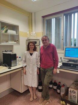 Svetlana Lyashenko y José Luis Guil Guerrero, coautores del artículo, en el laboratorio de Tecnología de Alimentos de la Universidad de Almería