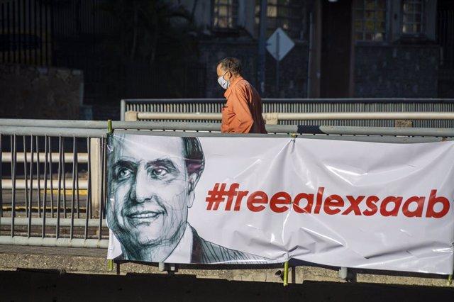 Pancarta a favor de la liberación de Alex Saab en Caracas.