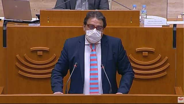 El vicepresidente segundo y consejero de Sanidad y Servicios Sociales de la Junta, José María Vergeles, en el pleno de la Asamblea